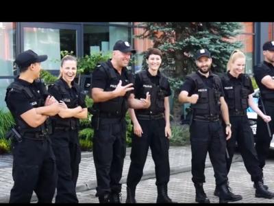 """""""Policjantki i policjanci"""" świątecznie (wideo)"""