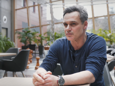 """""""Pierwsza miłość"""": Jan Wieczorkowski jako obrońca gangsterów (wideo)"""