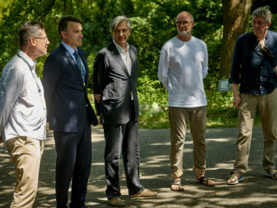 wystawa zdjęć Jacka Poremby do kalendarza ATM, Ogród Botaniczny PAN <br>                                           od lewej: Romuald Zabielski Arkadiusz Nowak, Andrzej Muszyński, Jacek Poremba, Andrzej Zieliński <br>